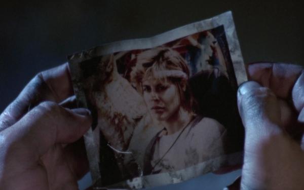 Sarah Connor, traurig über den Verlust von Kyle; welcher sich 45 Jahre später fragt, an was sie in diesem Moment gedacht hatte... Quelle: The Terminator - BluRay-Fassung