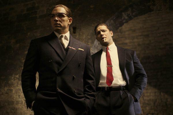 Hauptdarsteller Tom Hardy in seiner Doppelrolle als Reggie und Ronnie Kray