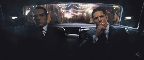 Ronnie Kray (Tom Hardy, links) und Reggie Kray (Tom Hardy, rechts)